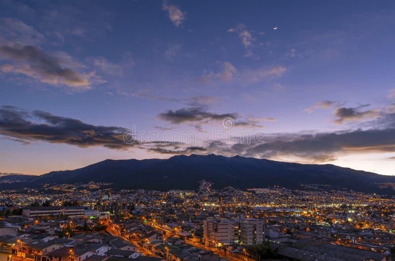 Quito et volcan de Pichincha au coucher du soleil, Equateur photo stock