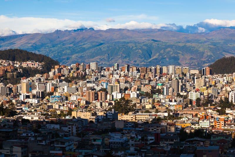 Quito moderna residencial y comercial en la puesta del sol fotos de archivo