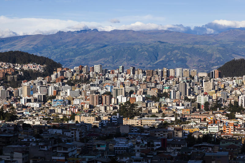 Quito moderna residencial y comercial en la puesta del sol imágenes de archivo libres de regalías