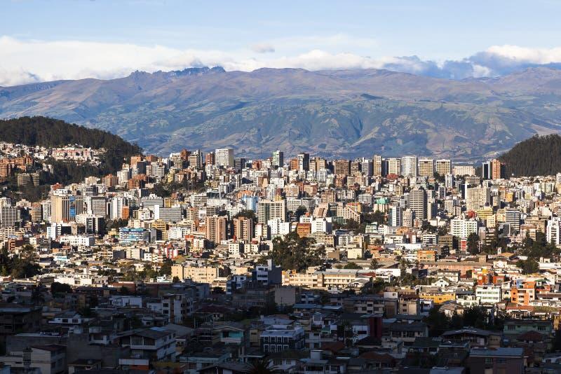 Quito moderna residencial y comercial en la puesta del sol foto de archivo