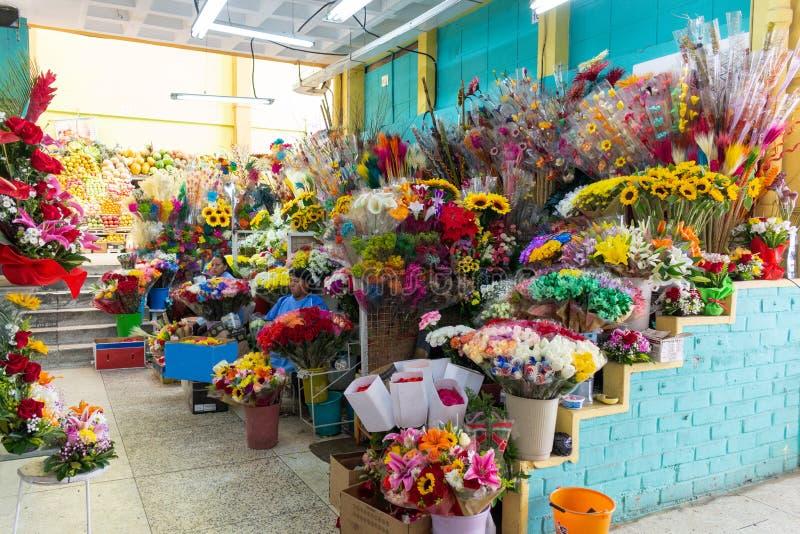Quito, Pichincha, Ecuador, am 2. Juli 2019 Ein Blumenstand im Iñaquito-Markt, eine Vielzahl von Farben verkaufend lizenzfreies stockfoto