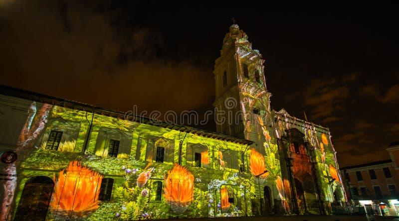 Quito, Pichincha Equateur - 9 août 2017 : Fermez-vous du spectacle des lumières projetées sur la façade de l'église de Santo image stock