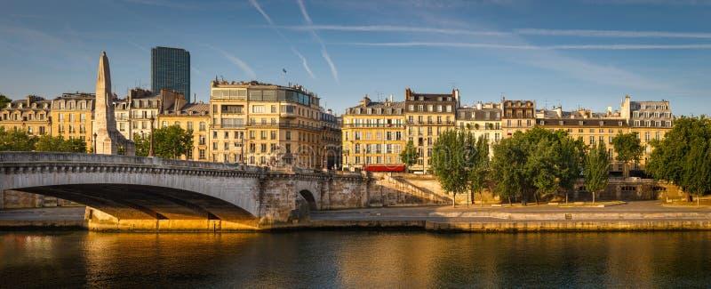 A quitté la banque de la Seine baignée dans la lumière d'été de début de la matinée image stock