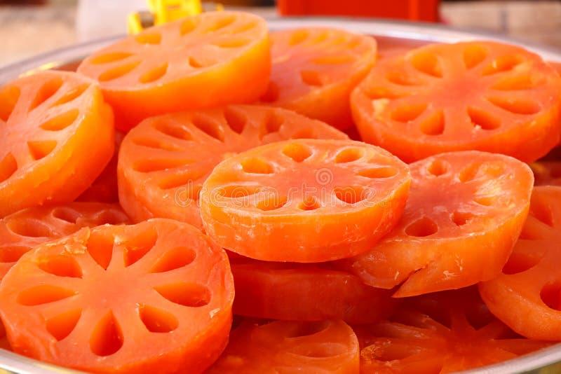Quitte, die süße Nahrung auf schöner Farbe der Platte schweißt lizenzfreie stockbilder