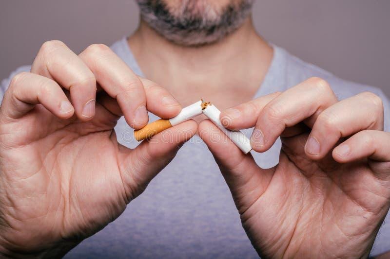 Quittez l'image contre le tabac rendue par Smoking photo stock