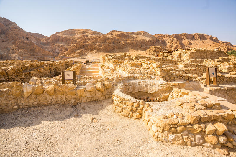 Qumran, var snirklarna för det döda havet fanns royaltyfri foto