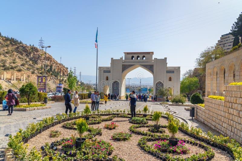 Qur ` en port är den historiska porten i Shiraz iran arkivbilder