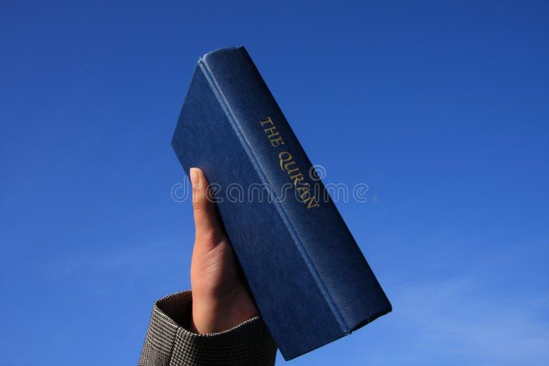 Qur'An no céu azul imagens de stock