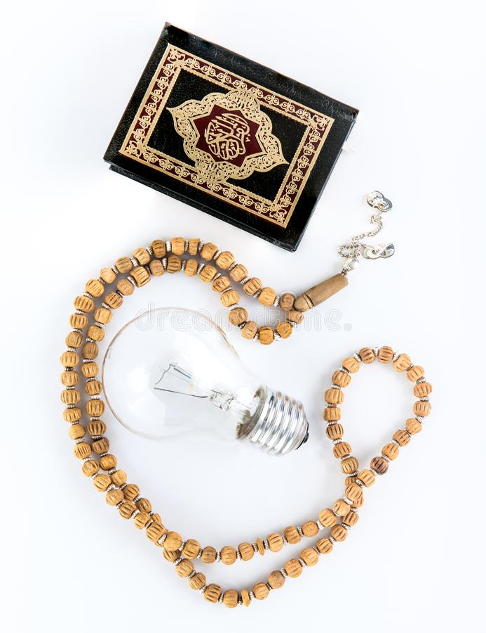 Quran με Rosary με το λαμπτήρα - ιερό βιβλίο μουσουλμάνων - Koran - άσπρο υπόβαθρο quran στοκ φωτογραφία