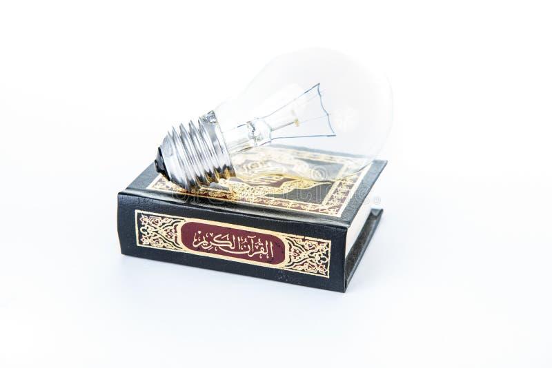 Quran con la l?mpara - libro sagrado de musulmanes - Cor?n - fondo blanco del quran fotos de archivo libres de regalías