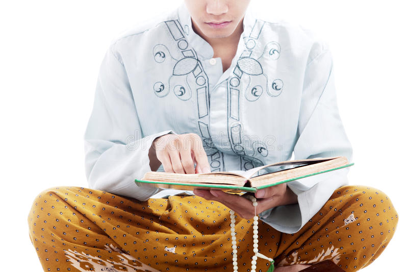 Quran dévot du relevé d'homme photographie stock libre de droits