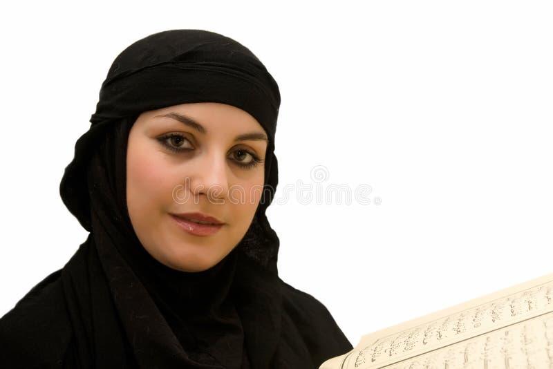 Quran da mulher do Islão fotografia de stock royalty free