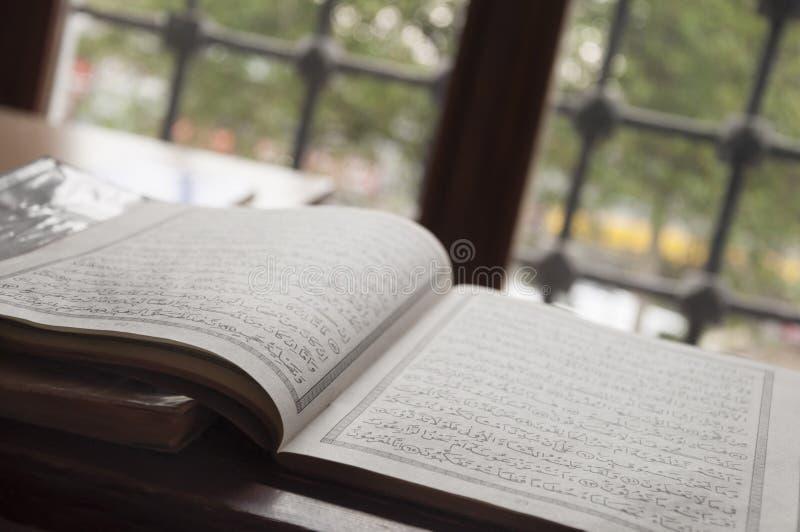 Quran do azevinho pela janela em uma mesquita imagem de stock