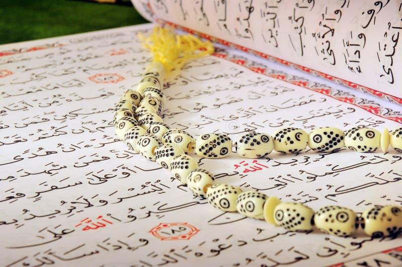 Quran e rosário de jejum de Ramadan fotografia de stock