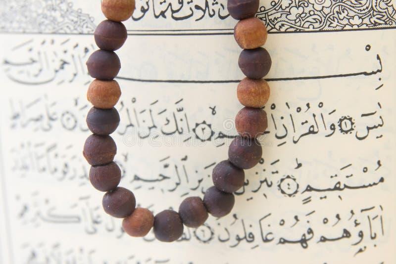 Quran e rosário de Koran fotos de stock