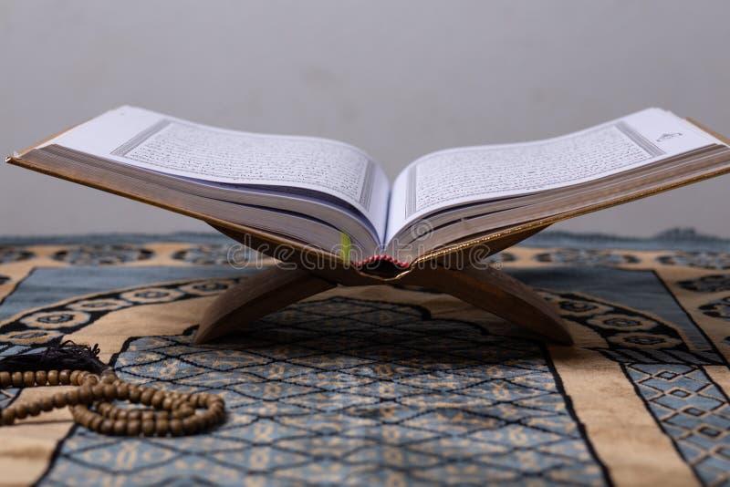 Quran - el libro sagrado de la antig?edad de los musulmanes en todo el mundo ley? mes espiritual del kareem del Ramad?n de dios d imagen de archivo