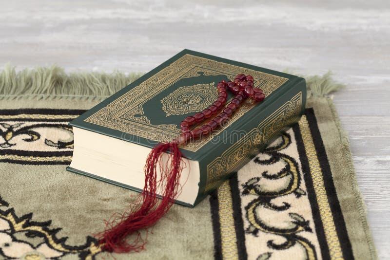 Quran en de gebedparels stock foto