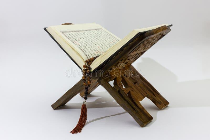 Quran en el soporte de madera imagenes de archivo