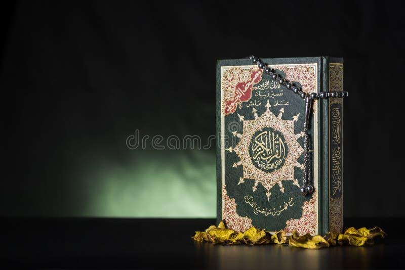 Quran Heilige Schrift und Subha stockbilder