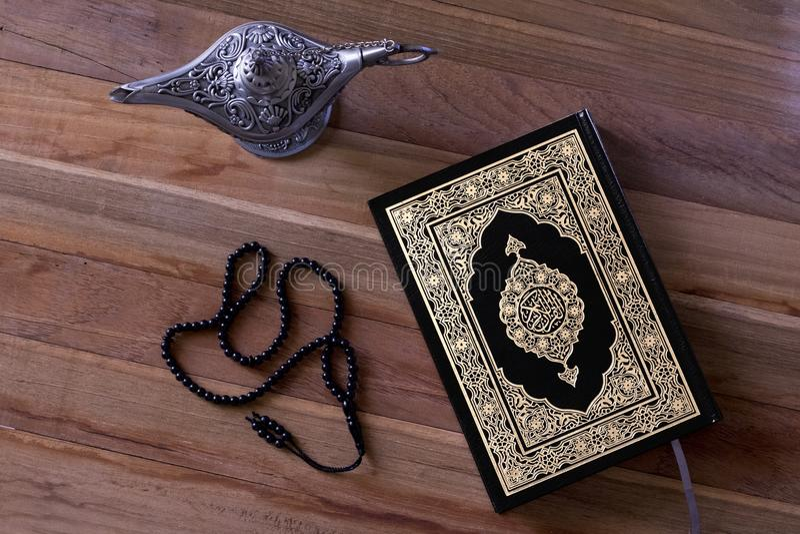 Quran islamique de livre sur le conseil de wodden avec un chapelet et une lampe d'aladdin - Ramadan/Eid Concept photographie stock