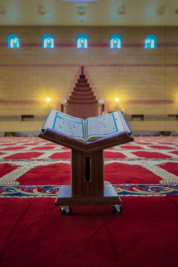 Quran - libro sagrado de los musulmanes en todo el mundo puestos en los tableros de madera imagen de archivo