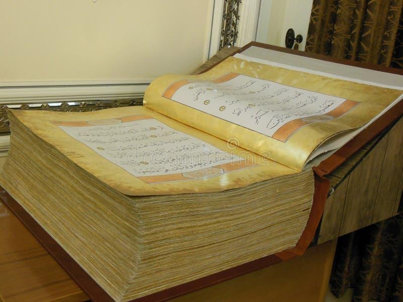 Quran manuscrito antiguo hermoso de la cerda joven abierto imagen de archivo