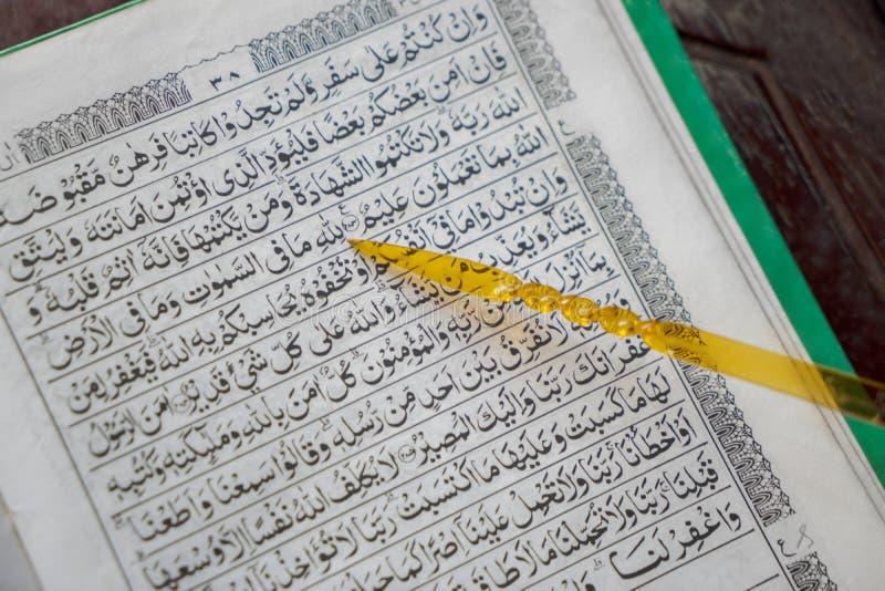 Quran med pekarepinnen i moskén royaltyfria foton