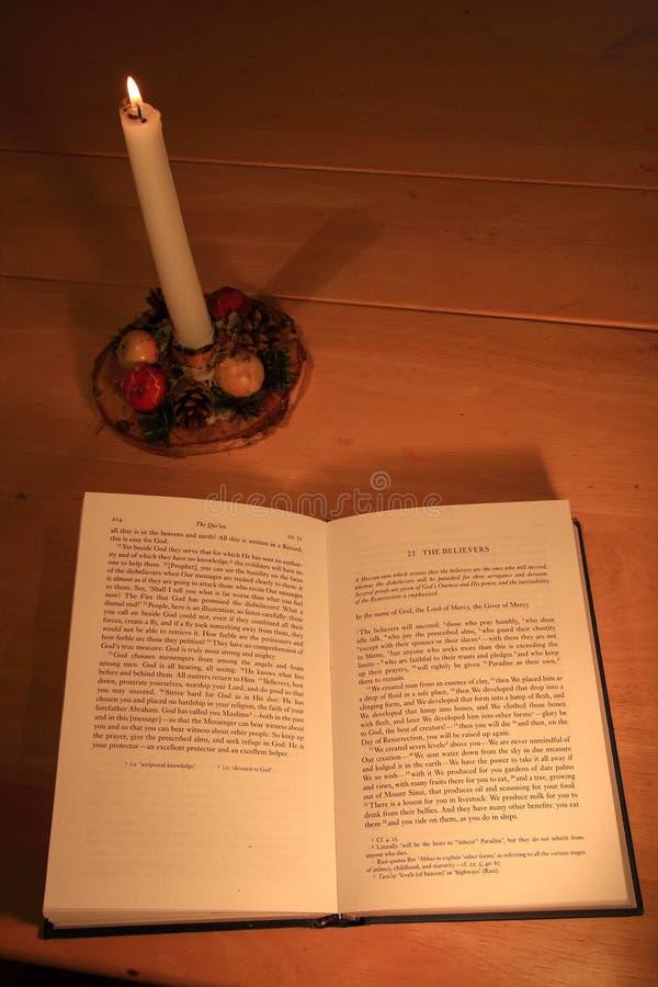 Quran por Luz de vela imagem de stock