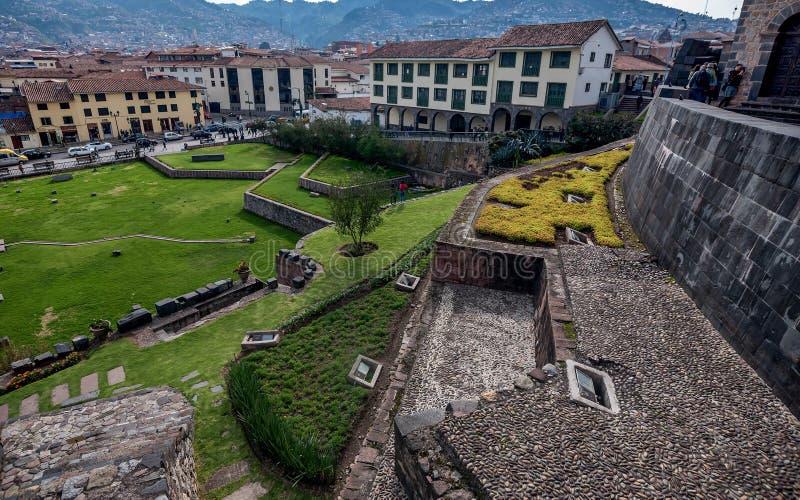 Qurikancha avec le couvent de Santo Domingo ci-dessus dans Cusco, Pérou photographie stock