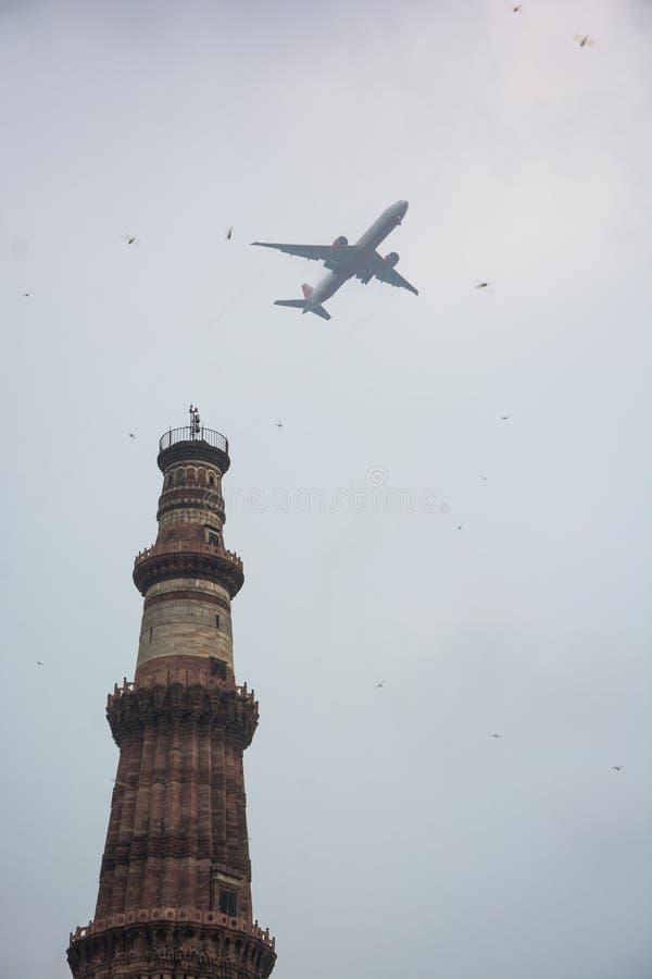 Qutab或Qutub Minar陵墓,被拍的照片,当通过一架飞机在德里,印度时 库存图片