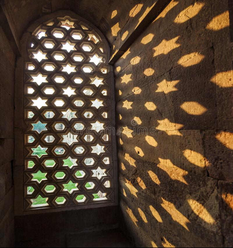 Qutb Minar, резное изображение в песчанике окна дает скороговорку стоковые изображения rf
