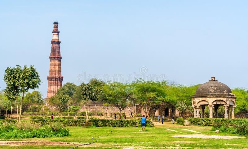 Qutb Minar et Chhatri chez le Quli Khan Tomb Delhi, la capitale de l'Inde photos stock