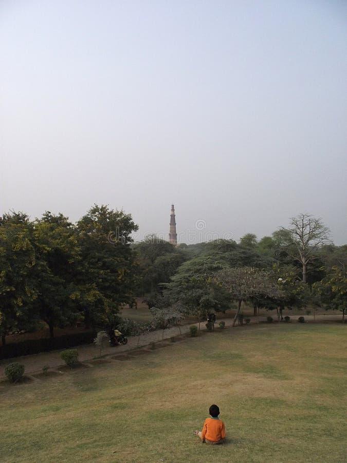 Qutub di sorveglianza Minar fotografie stock libere da diritti