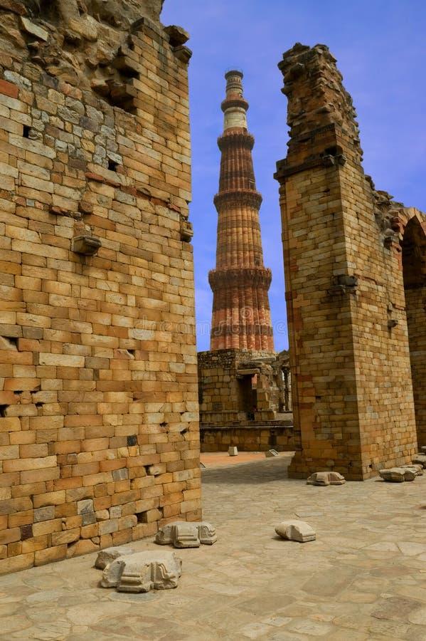 Qutub minar y ruinas foto de archivo