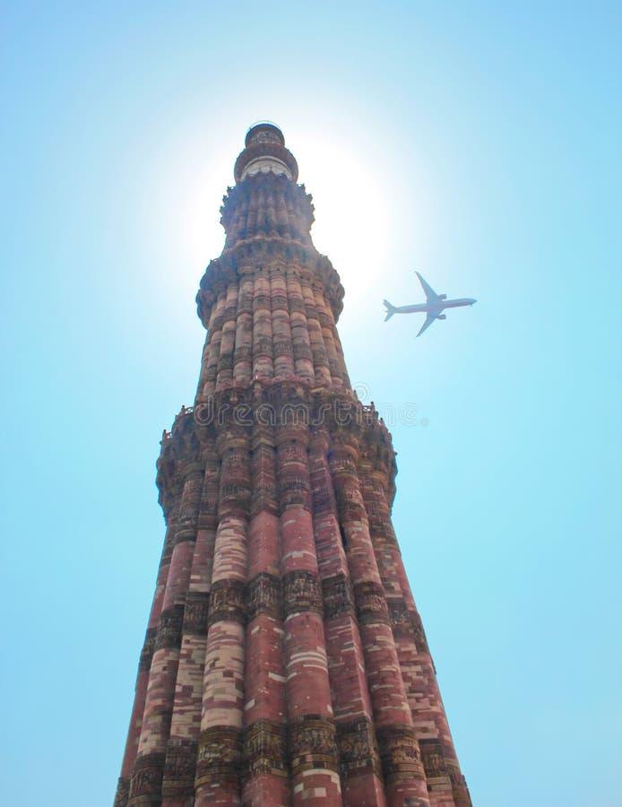 Qutub Minar y vuelo en el cielo, Nueva Deli, la India fotos de archivo libres de regalías