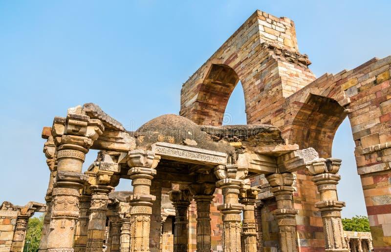 Quwwat Qutb复合体的ul回教清真寺废墟在德里,印度 免版税库存图片