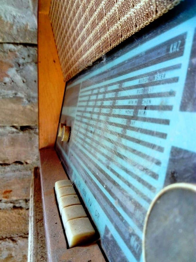 Rádio antigo e empoeirado imagem de stock