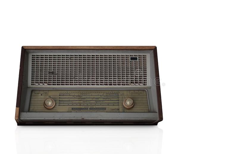 Rádio de madeira marrom antigo da vista dianteira no fundo branco, fundo da tecnologia, espaço da cópia foto de stock royalty free