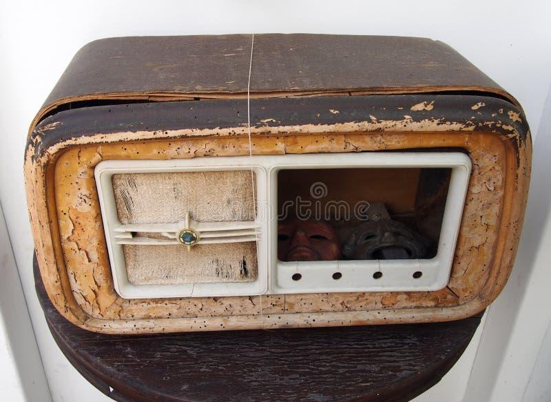 Rádio de madeira velho quebrado fotos de stock
