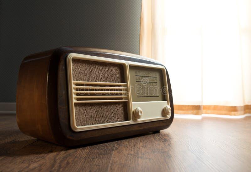 Rádio do vintage ao lado da janela imagens de stock