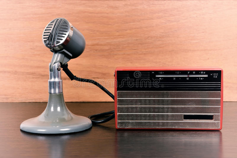 Rádio do vintage e microfone retro fotografia de stock royalty free