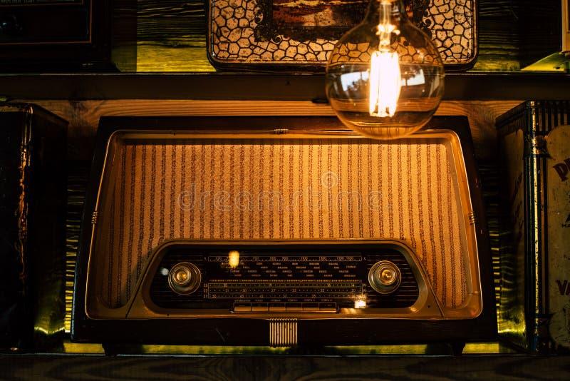 Rádio do vintage em uma prateleira retro fotografia de stock royalty free