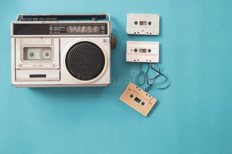 Rádio e leitor de cassetes do vintage imagem de stock