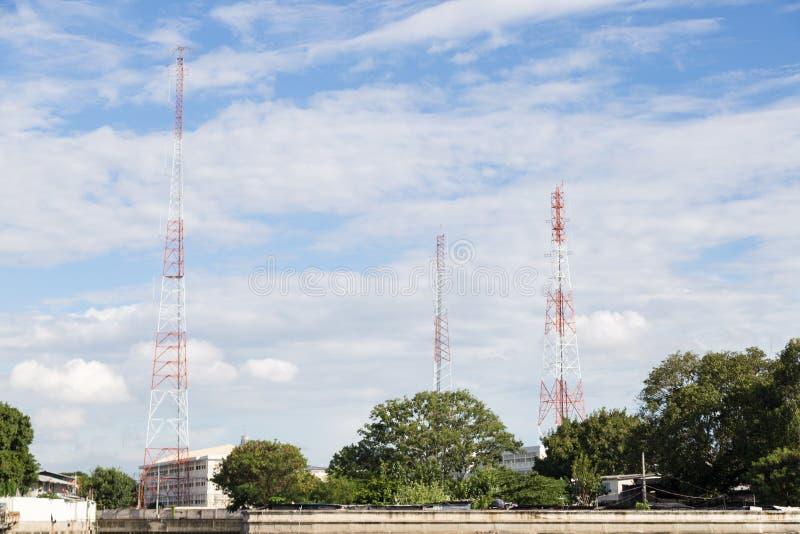 Rádio e polos das telecomunicações imagens de stock