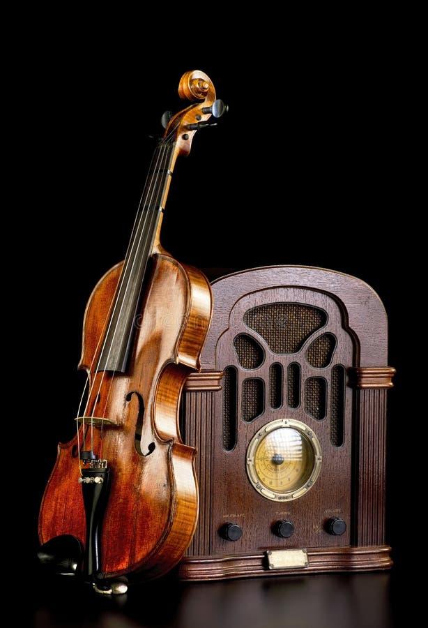 Rádio e violino velhos foto de stock royalty free