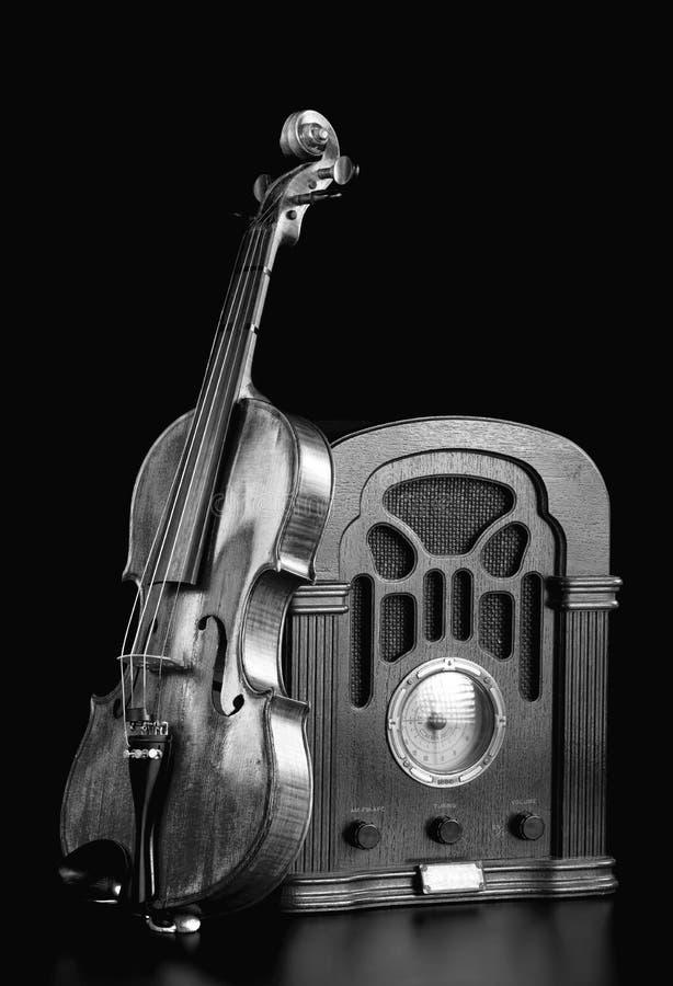 Rádio e violino velhos imagens de stock royalty free