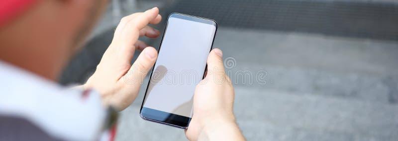 Rádio eletrônico da posse da mão de Smartphone foto de stock