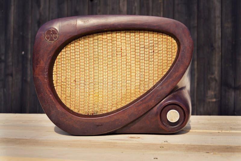 Rádio marrom velho de Tesla da baquelite do vintage no fundo de madeira imagens de stock