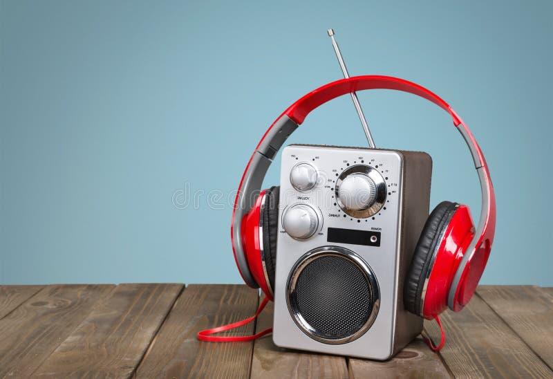 Rádio retro e haedphones do estilo na tabela de madeira fotografia de stock royalty free