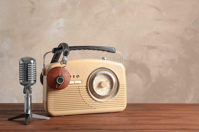 Rádio retro, microfone e fones de ouvido fotografia de stock